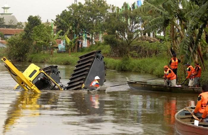 Foto: backhoe tenggelam saat keruk tanah sungai citarum